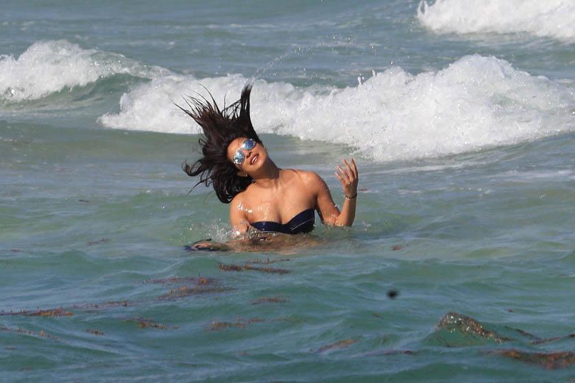 Once again Priyanka Chopra seen in bikni see Hot Photos